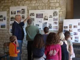 Visite par les écoliers de l'exposition Mémoire de Cobonne dans la salle de réunion de la maison des Amis du Vieux Cobonne